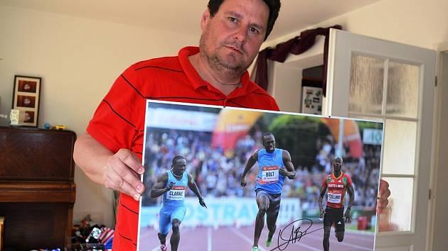 Novinář Pavel Petr s fotografií a podpisem jamajského sprintera Usaina Bolta.