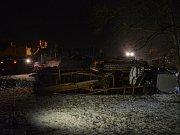 V sobotu 16 hodin došlo k převrácení zemědělské techniky, pomocí níž se překládá vyoraná cukrová řepa na nákladní auto.