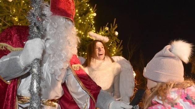 Součástí rozsvícení vánočního stromečku v Kolomutech byla mikulášská nadílka.