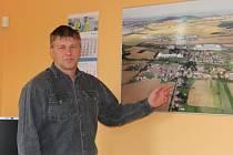 Starosta Řepova Milan Zachař u leteckého snímku obce