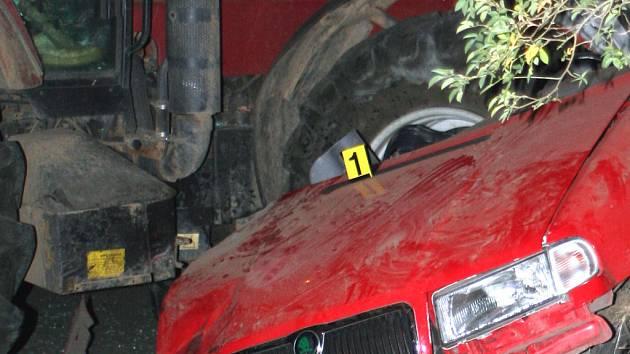 Ve vraku Škody Felicie zůstala po srážce s traktorem zaklíněna těla dvou mladíků. Oba byli na místě mrtví.