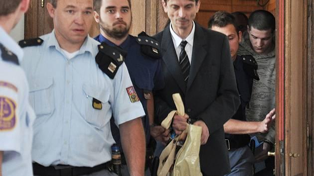 Obžalovaní u soudu, Petr Borč v tmavém obleku, Jan Švejda ve světlé mikině