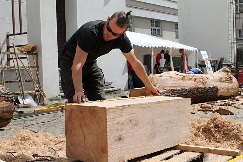 UŽ TVOŘÍ! Nádvoří Střední průmyslové školy Mladá Boleslav i její dílny se díky Metalovému sympoziu, které probíhá po celý tento týden, proměnily v improvizovaný ateliér.