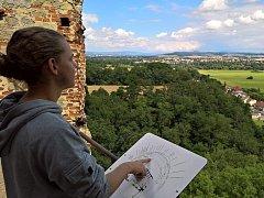 Turisté najdou na Zvířeticích rozměrnou rozhledovou růžici, tedy panel, který pomůže identifikovat kopce, sídla a další orientační body v okolí zříceniny, a to až k horizontu.