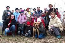 PŘÍRODOVĚDNÝ kroužek přidal ruku k dílu a s ochránci z Klenice v lokalitě v Končinách čistil pramen, kousek potoka v lesíku a také společně posekali a shrabali rákos.