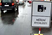 Cedule, upozorňující řidiče v Boleslavi na měření rychlosti