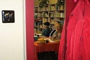 """Velmi slušnou účast v prvních hodinách potvrdila ryze dámská volební komise v obci Nové Teliby. """"Za hodinu přišlo dvacet lidí z dvou set, tady je volební účast tradičně dobrá,"""" řekla předsedkyně volební komise."""