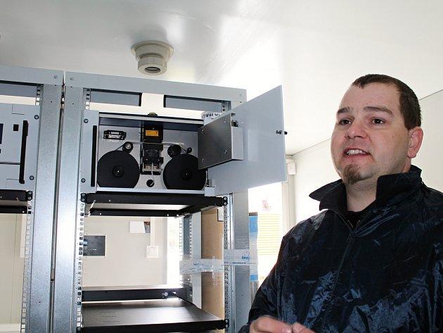 Zástupce firmy dodávající přístroje vysvětluje, jak funguje prachoměr provádějící měření na bázi slabé radioaktivity.