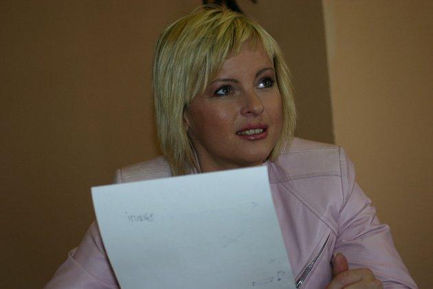 Iveta Bartošová v redakci Boleslavského deníku.
