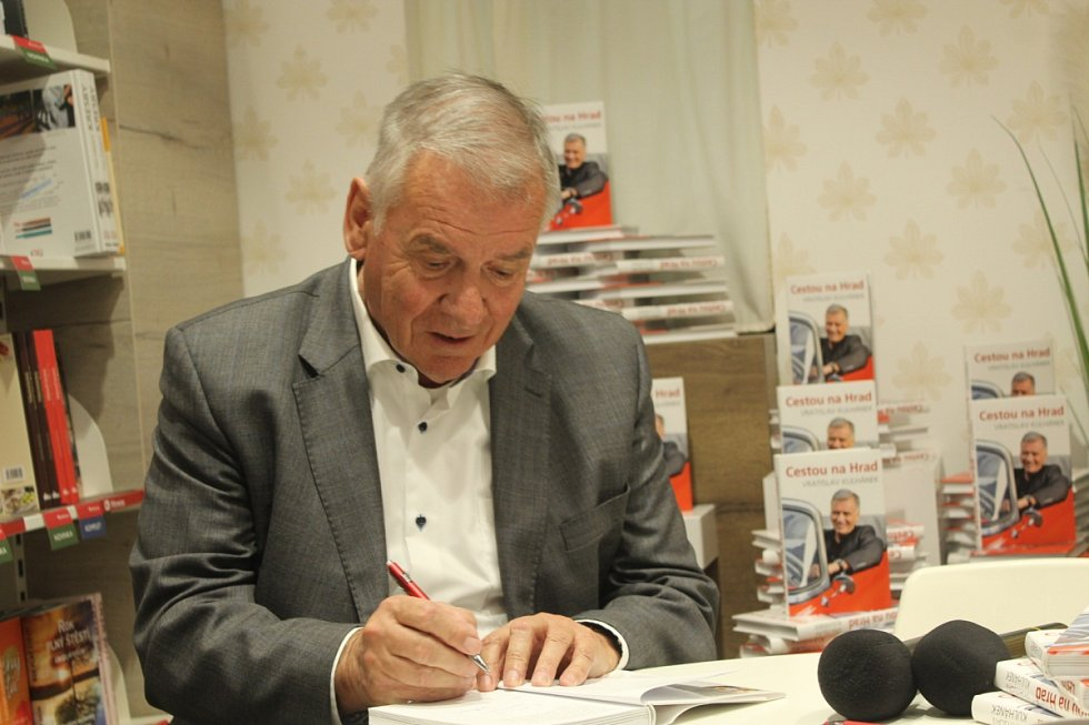 Vratislav Kulhánek podepisuje svoji knihu.