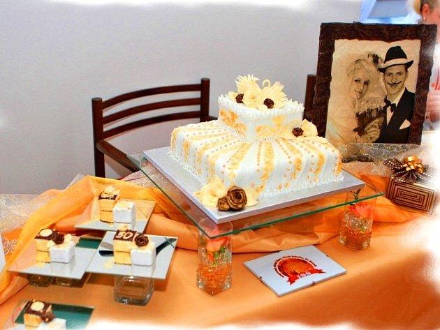 SOUTĚŽNÍ svatební dort, který vznikal pod rukama Soni Renové a Dominika Mahra.