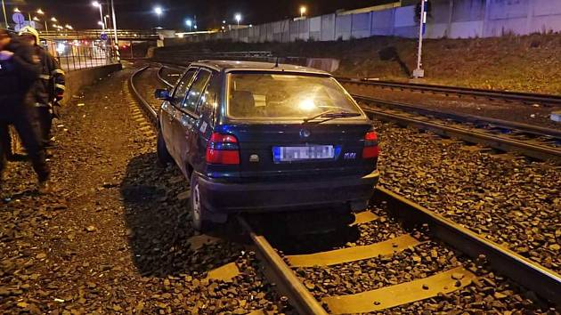 Osobní auto skončilo svoji jízdu vlečné trati do kovošrotu.
