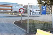 Nové parkoviště u sportovní haly naproti Kauflandu nabízí 80 parkovacích míst