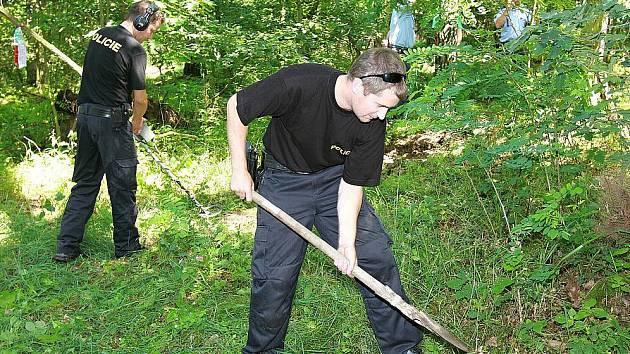 POLICISTÉ prohledávali les poblíž benáteckého autokrosu s lopatami a detektory kovů.