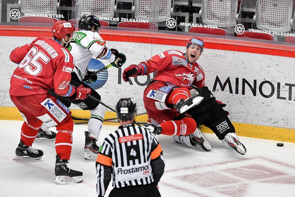 Semifinále play off hokejové Tipsport extraligy - 7. zápas: HC Oceláři Třinec - BK Mladá Boleslav, 15. dubna 2021 v Třinci. (vpravo) Martin Gernát z Třince a Jakub Strnad z Mladé Boleslavi.