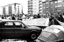 PRVNÍ VELKÉ SHROMÁŽDĚNÍ OBČANŮ Mladé Boleslavi související s listopadovými událostmi proběhlo 27. listopadu 1989 na tehdejším Leninově náměstí