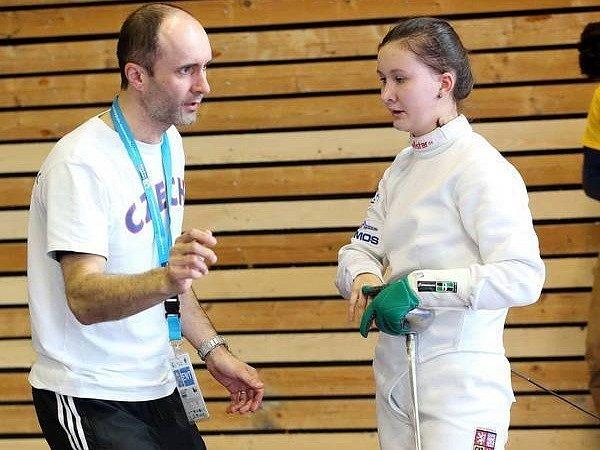 ŠERMÍŘKA ANIČKA Coufalová se svým trenérem Martinem Coufalem na turnaji ve francouzském Bourges.