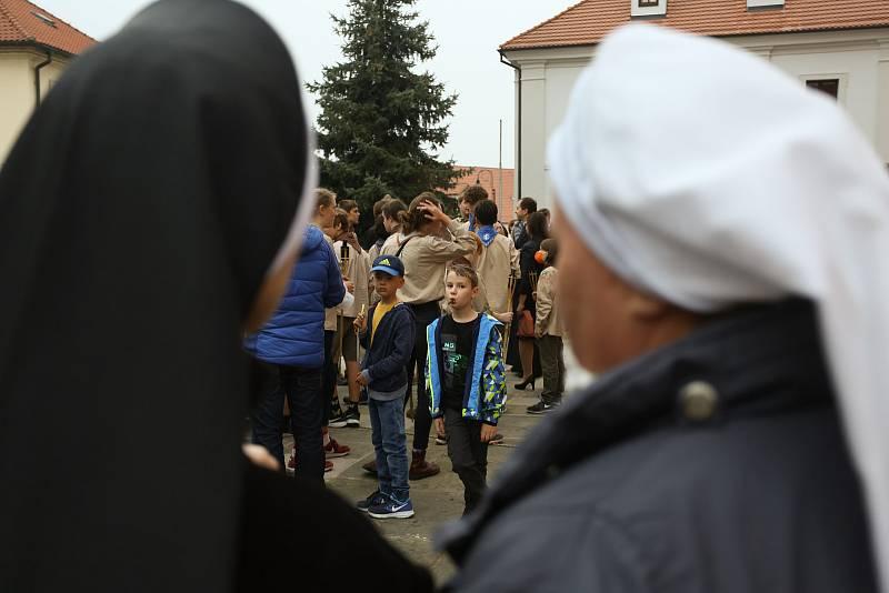 Z čekání na relikvie před bazilikou Nanebevzetí Panny Marie ve Staré Boleslavi v pondělí 27. září 2021.