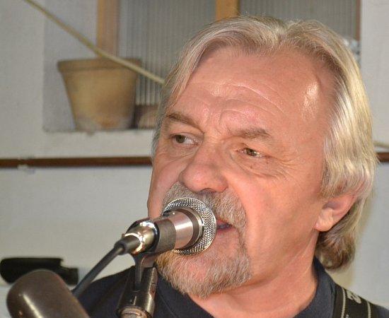 Ze zkoušky kapely Nastarýkolena.