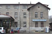 Rekonstrukci chátrajících objektů hlavního vlakového nádraží v Mladé Boleslavi podpoří i firma Škoda Auto.
