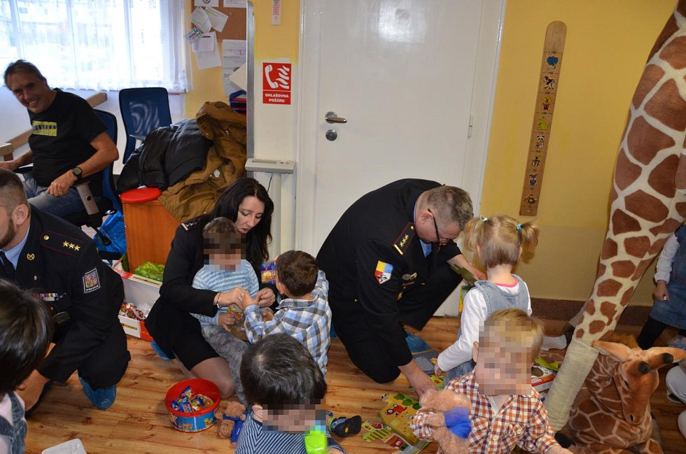 Policisté na konci roku 2017 přivezli dárky opuštěným dětem do Mladé Boleslavi.