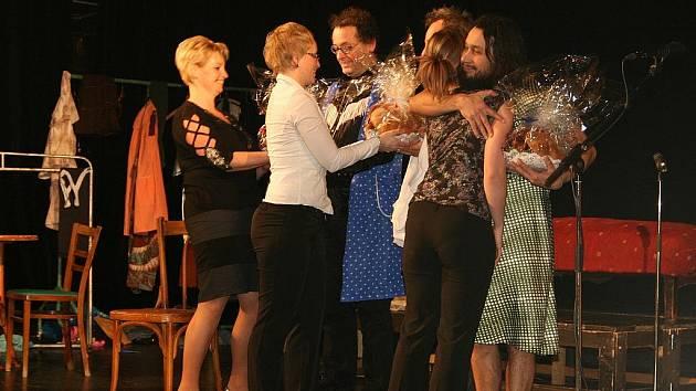 Výtěžek z představení byl věnován Petře Koudelkové.