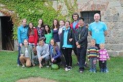 Skupina mezinárodních dobrovolníků, kteří pomáhali vylepšovat veřejné prostranství v Mnichově Hradišti