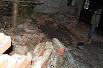 Kamion cihlovou zeď u domu totálně rozbořil.