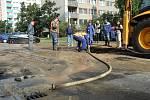 Prasklé potrubí v Erbenově ulici.