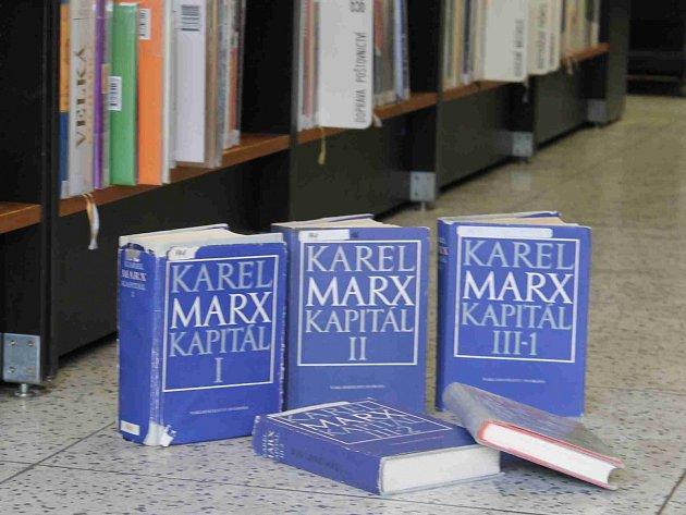 KOMUNISTICKÁ literatura, která se nachází v depozitáři mladoboleslavské knihovny