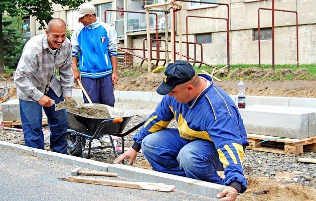 Za domem v ulici Na Radouči teď pracují řemeslníci na výstavbě nového parkoviště.