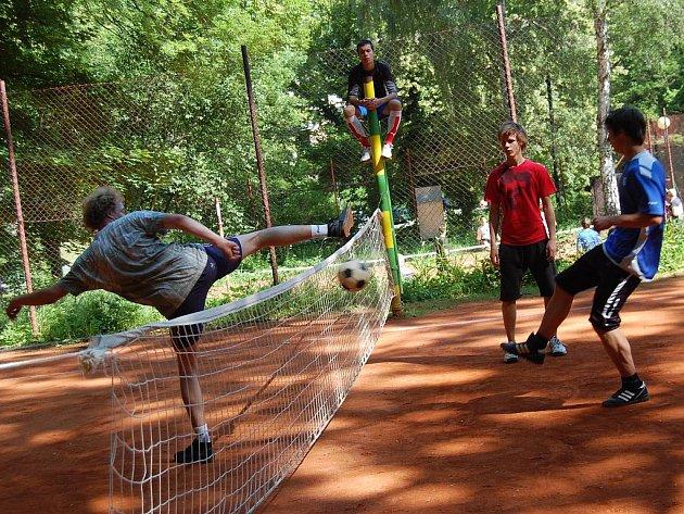 Nohejbalový turnaj, pořádaný studenty Obchodní akademie v Mladé Boleslavi v rámci takzvaných Malých grantů.