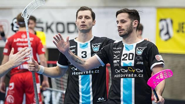 Florbalisté Mladé Boleslavi Daniel Šebek (#3) a Martin Tokoš (#20) se radují z výhry.