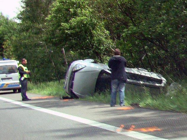 Takto dopadlo jedno z aut, jehož řidič se vyhýbal šílenci v protisměru na R10.