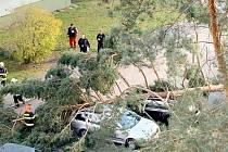 Často se jednalo o zlomené či vyvrácené stromy, uvolněnou střešní krytinu, ale vítr způsobil i několik dopravních nehod.