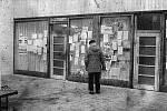 Listopadové události roku 1989 jsou typické i svými plakáty a výzvami. Na fotografii jsou vidět plakáty na výlohách v autobusové čekárně v Mnichově Hradišti zvané podloubí