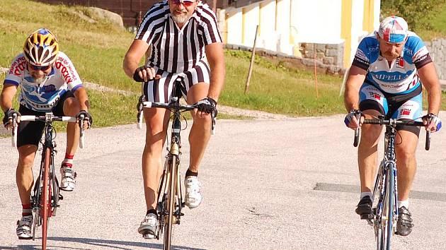 Jeden kilomtr zbýval trojici závodníků (odleva)  Russ, Nevole, Štěpánek do cíle etappy na Špindlerově boudě.