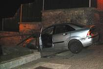 Parta opilých mladých lidí skončila s kradeným autem na schodech