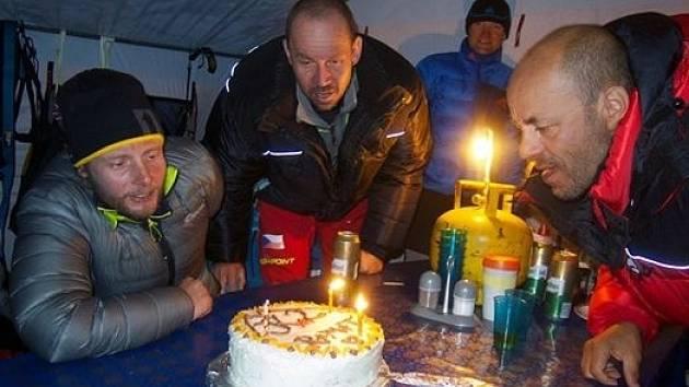 Oslava po návratu do základního tábora (Petr Mašek uprostřed)