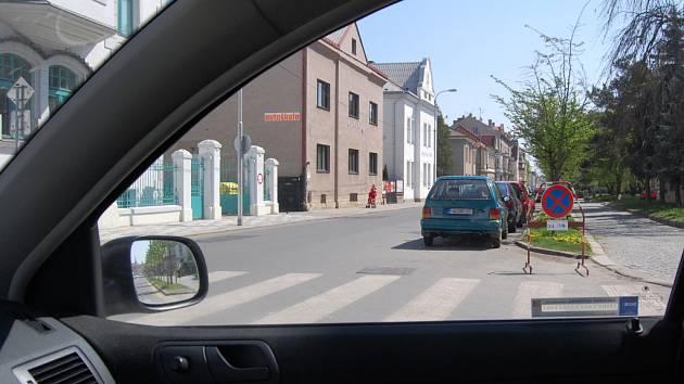 Takový pohled mají řidiči při výjezdu z Palackého ulice.