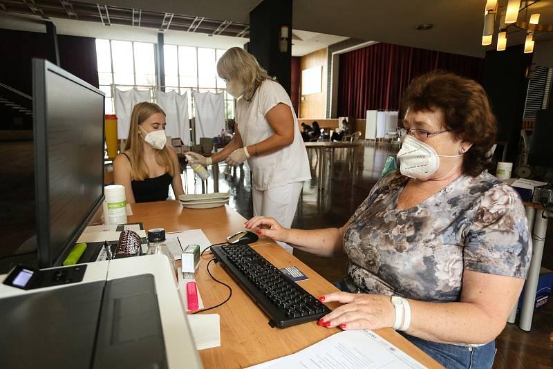 Z očkovacího centra v hlavním sále Domu kultury v Mladá Boleslavi.