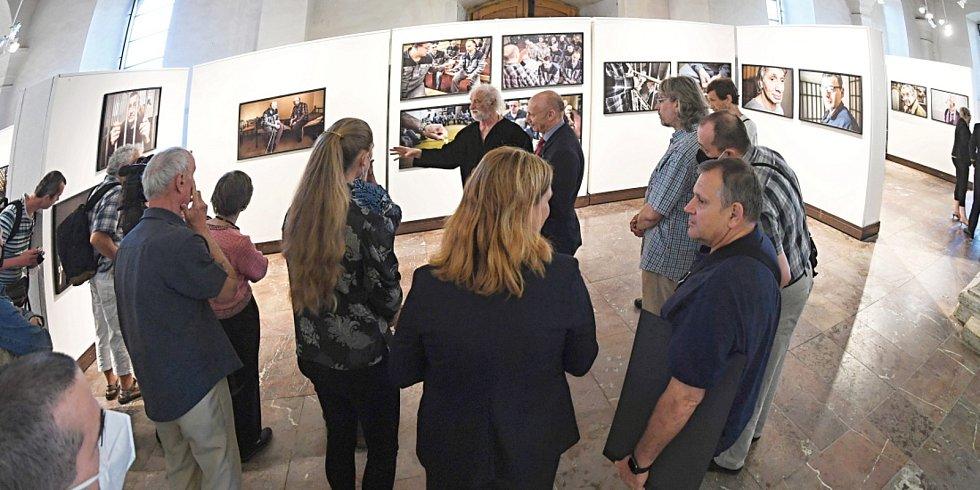 Z vernisáže výstavy fotografa Jindřicha Štreita 'Ze tmy ke světlu' ve Sboru českých bratří v Mladé Boleslavi.