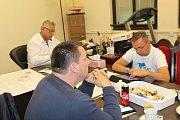 V kanceláři Raduana Nwelatiho na mladoboleslavském magistrátu panovala chladná atmosféra navzdory předběžným výsledkům slibujícím dosavadnímu primátorovi úspěch.