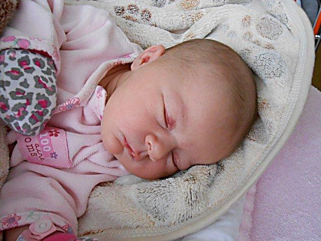 Anička Císařová se narodila 15. prosince, vážila 3,66 kg a měřila 50 cm. S maminkou Lenkou a tatínkem Davidem bude bydlet ve Svémyslicích, kde už se na ni těší sestřička Emička.