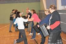 V neděli 5. listopadu v odpoledních hodinách hostila tělocvična stanice HZS Mladá Boleslav zajímavou akci – kurz sebeobrany pro Základní organizaci neslyšících Mladá Boleslav.