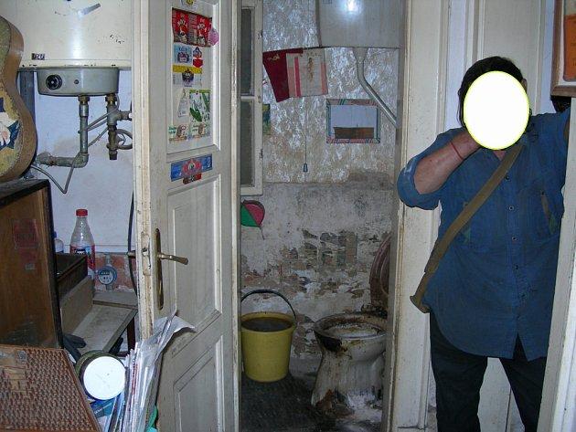 Na tuto toaletu by si asi chtěl sednout málokdo. Muž, který bydllí v domě na třídě Václava Klementa, však v takovémto nepořádku dlouhodobě žije. Z jeho  bytu se šíří zápach, který obtěžuje ostatní obyvatele domu.