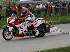 Závod mistrovství České republiky dragsterů na hoškovickém letišti
