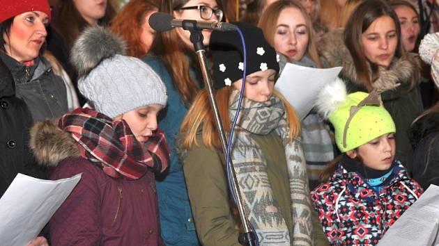 Štědrovečerní zpívání na Masarykově náměstí v Mnichově Hradišti.