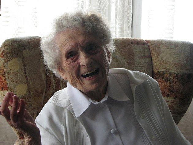 Je mi 103 let, kroutí nevěřícně hlavou Marie Bachová z Mladé Boleslavi v záplavě květin a dárků k jejím zítřejším narozeninám.