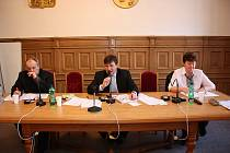 Prořídlý stůl vedení města. Primátora Nwelatiho a jeho náměstka Adolfa Beznosku skolila chřipka. Zastupitelstvo vedli náměstci Polívka (vlevo) a Smutný.